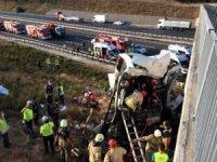 Yolcular iki kez uyarıyor ve Şoför uyuduğu için kaza gerçekleşiyor.