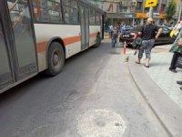 Cadde ortasında yol ortasında park edilen otomobil trafiği felç etti