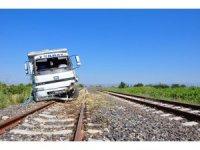 Lastiği patlayan kamyon tren raylarına girdi