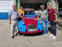 Bordo ve maviyle süslediği arabasıyla Almanya'dan Mardin'e geldi