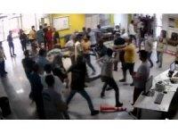 Hasta yakınlarının güvenlik görevlilerini darp ettiği anlar kamerada