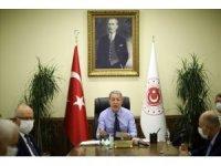 Bakan Akar, komutanlarla video konferans toplantısı gerçekleştirdi