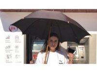 Güneşliği olmayan ATM'de vatandaşlar işlem yaparken zorlanıyor