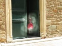 Namaza geldiler, cami kapısında asılı çantayı görünce şoke oldular