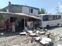 Freni patlayan minibüs eve girdi: 3 yaralı