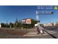 ABD'de tekerlekli sandalyesi ile raylara sıkışan adam son anda kurtarıldı