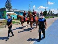 Atlı polis birlikleri Bostancı sahilde vatandaşları uyardı