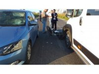Feci kaza: Motosikletli kurye minibüse çarpıp otomobilin camına uçtu