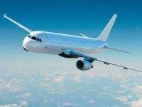 Endonezya'da biletsiz uçağa binen kişi, yaka paça uçaktan atıldı