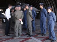 Miçotakis'in, Fransız savaş uçaklarının önünde verdiği pozlar servis edildi.