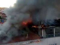 Terasta yapılan yemek ateşi çatıyı alev topuna çevirdi