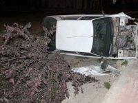 Kaza yapan sürücü, aracı kaza yerinde bırakarak olay yerinden hızla ayrıldı.