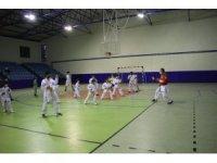Milli antrenör, tatil için geldiği memleketinde çocuklara ücretsiz karate eğitimi veriyor