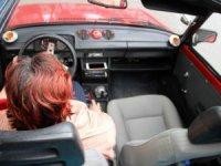 Kadın sürücü, kentte böyle bir aracı kullanan tek kadın olmasıyla da dikkat çekiyor.