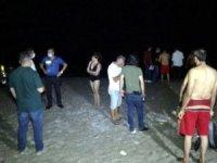 Antalya'da denize giren vatandaşlar, suyun yüzeyinde hareketsiz bir beden gördü.