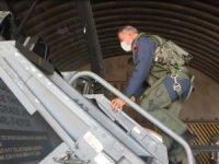 Bakan Akar, F-16 kokpitinden Çanakkale Şehitler Abidesi'ni selamladı