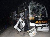 Yolcu otobüsü ile briket kamyonunun çarpışmasıyla meydana gelen kazada yaralılar var.