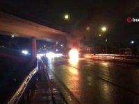 Kaza sonrası otomobil alev alev yanarken kazada yaralanan 1 kişi hastaneye kaldırıldı.