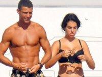 Ronaldo, kariyerinde 1 milyar dolardan fazla kazanan ilk futbolcu ve üçüncü sporcu oldu.