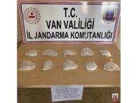Gevaş'ta yakalanan 78 kaçak göçmenlerin çantasından 1 kilo metamfetamin ele geçirildi