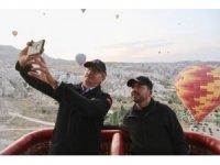 Belediye Başkanı Arı, Eski Bakan Kürşat Tüzmen ile balon turuna katıldı