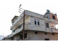 Evine kaçak elektrik çekmek isterken elektrik çarptı, direkte asılı kaldı