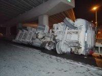 Şile otoyolunda hafriyat yüklü kamyon yan yattı; sürücü hafif yaralı olarak kurtarıldı