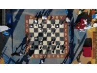 Çocuk Sokağı'nda sosyal mesafeli satranç