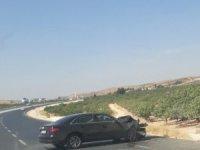 Gaziantep'te lüks otomobil bir araca çarptı: 3 yaralı