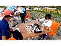 Satranççılar maskesini takıp, mesafesini koruyarak açık havada turnuva yaptı