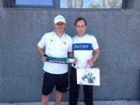 Bulgaristan'da bulunan Kocaelispor'un efsane oyuncuları Aleksandar Yordanov ve Zdravko Lazarov'u da unutmadı.