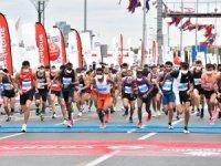 """15. İstanbul Yarı Maratonu, """"Çevre İçin Koş"""" sloganıyla koşuldu."""