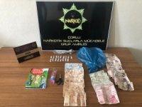 Polis çatı arasına gizlenen uyuşturucuyu buldu