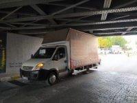 Köprüye sıkışan araç, lastiğinin indirilmesi ile kurtarıldı