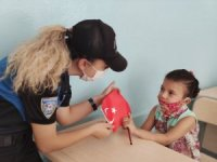 Gaziantep polisi minik öğrencileri yalnız bırakmadı