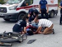 Kaza yerine gelen ve oğlunun yaralı bir şekilde yerde yattığını gören annesi sinir krizleri geçirdi.