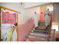 Okullar dezenfekte edildi, öğrencilere hediye verildi