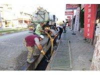 Burhaniye'de mazgal ve kanallar temizleniyor