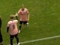 Maçta ayağına top değmeden 13. saniyede kenara alınarak futbol tarihine geçti.