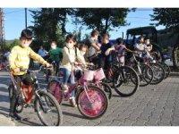 Sıfır emisyonlu hareketlilik için çocuklar pedal çevirdi