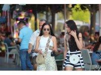 Turistler maske ve sosyal mesafe konusunda duyarsız