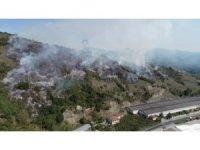 Çalılık alanda çıkan yangın yerleşim yerlerine ilerliyor