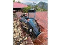 Otomobil çatıya düştü, sürücü yaralandı