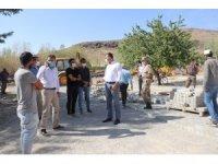 Muradiye Belediyesi, okul bahçelerini ve bozuk olan mahalle yollarına parke taşı döşüyor