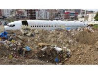 Pistten çıkan uçak pazar yerinde çürümeye terk edildi