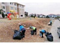 Çevreye saçılan çöpler temizlendi