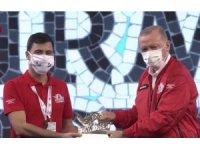 ISUBÜ'lü öğrenciler ödüllerini Cumhurbaşkanı Erdoğan'ın elinden aldı