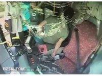 Otobüste çıkan kavgayı yatıştırmak istedi, telefonu çalındı