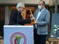 Rutkay Aziz , Ödülünü TTB Başkanı Prof. Dr. Sinan Adıyaman'a teslim etti.