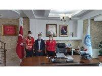 Başkan Ensari milli sporcuyu altınla ödüllendirdi